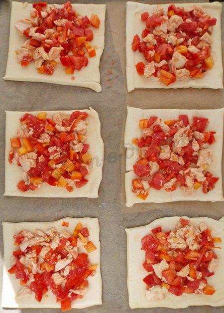 выкладываем начинку на слоёное тесто