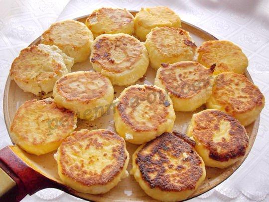 обжариваем сырнички со второй стороны