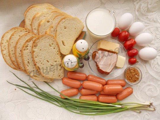 ингредиенты для запеканки из белого хлеба с яйцами, беконом, молоком, сыром