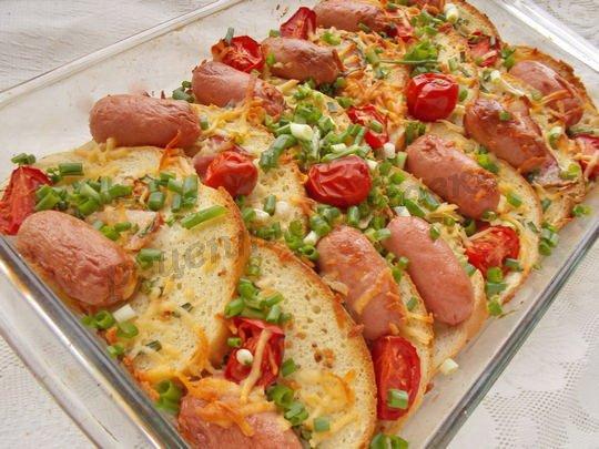 запеканка из хлеба с сосисками, сыром и помидорами