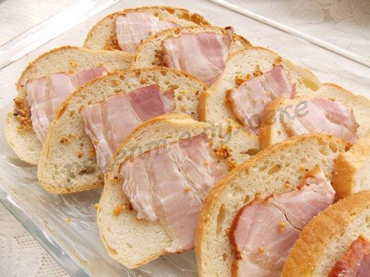 выкладываем в форму хлеб и бекон