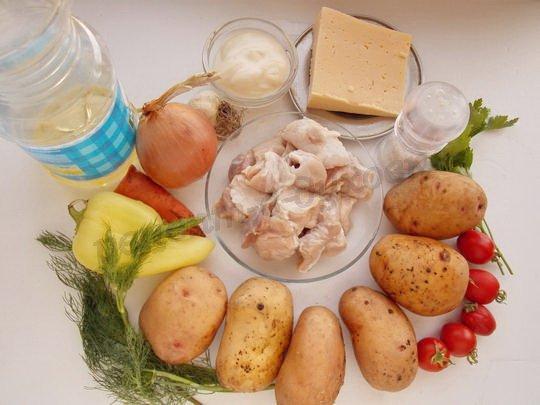 ингредиенты для жаркого с картошкой, свининой, овощами и сыром
