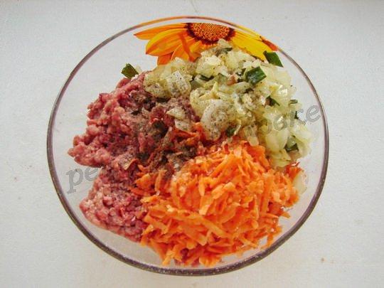 смешиваем фарш, морковку, лук, специи, зелень