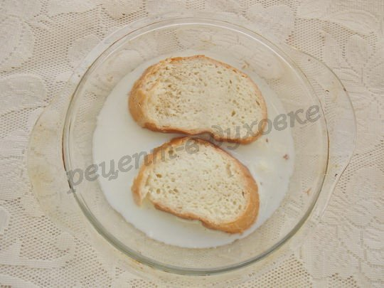размачиваем хлеб в молоке