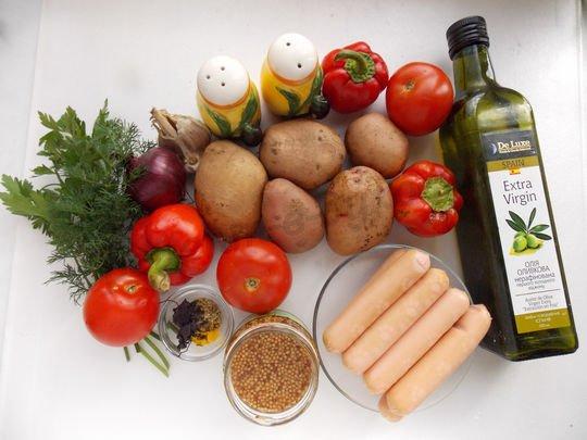 ингредиенты для картошки, запечённой с сосисками, помидорами и перцем