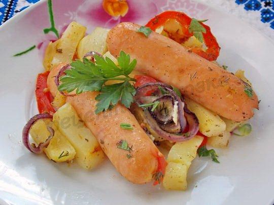 запечённая картошка с сосисками и овощами