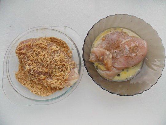 панируем филе в яйце, сухариках и сыре