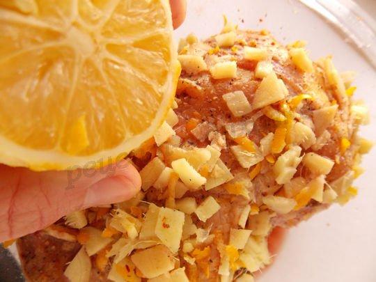обмазываем мясо смесью и сбрызгиваем лимонным соком