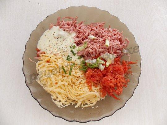 смешиваем сыр, колбасу, помидор, соус и зелень