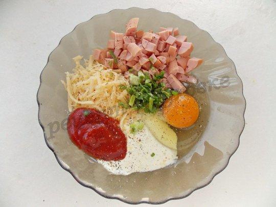 смешиваем сосиски, тёртый сыр, яйцо, соусы, зелень