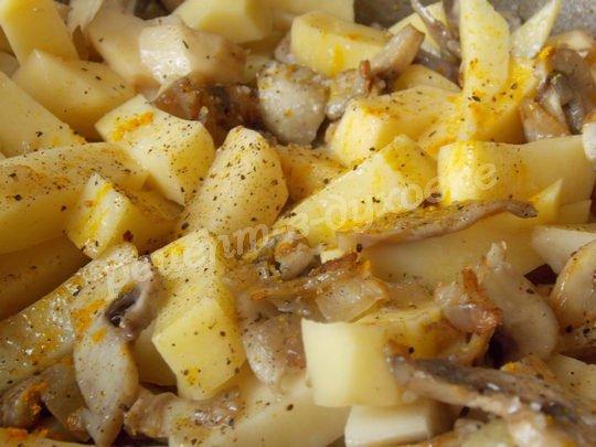добавляем картошку и специи