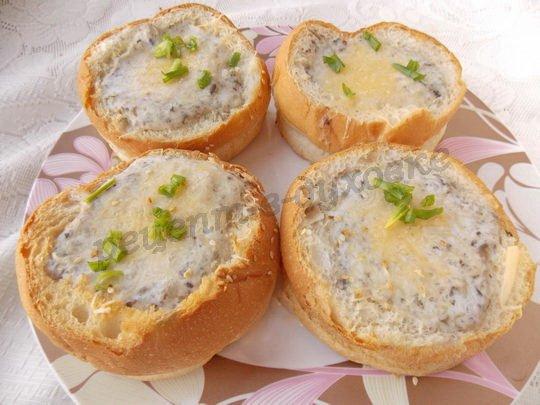 суп-пюре с шампиньонами в булочках