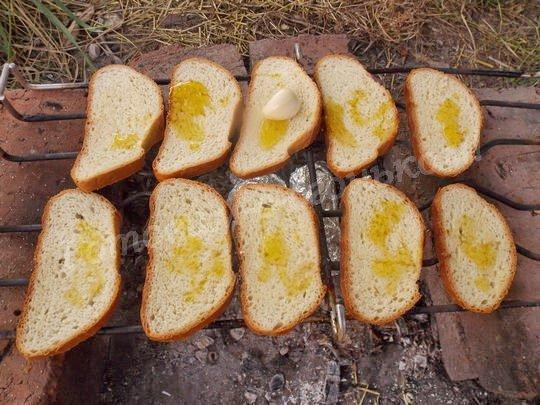 сбрызгиваем хлеб оливковым маслом