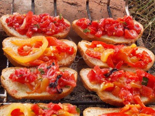 выкладываем перец и помидоры на хлеб
