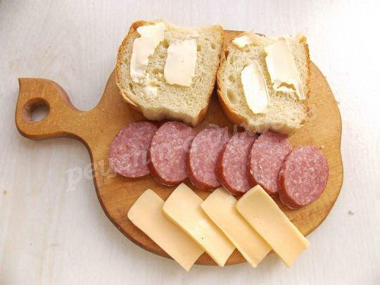 нарежем батон, сыр и салями ломтиками