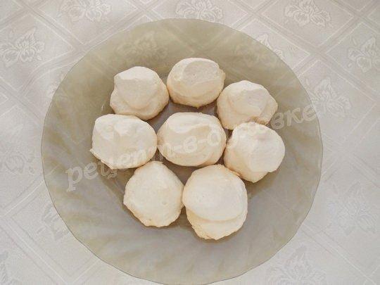 выкладываем пирожные на тарелку