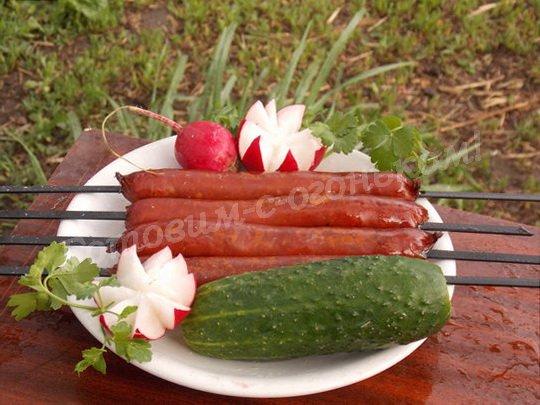 колбаски гриль на природе