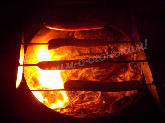 жарим сосиски гриль на огне