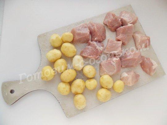 очищаем картошку, нарезаем мясо