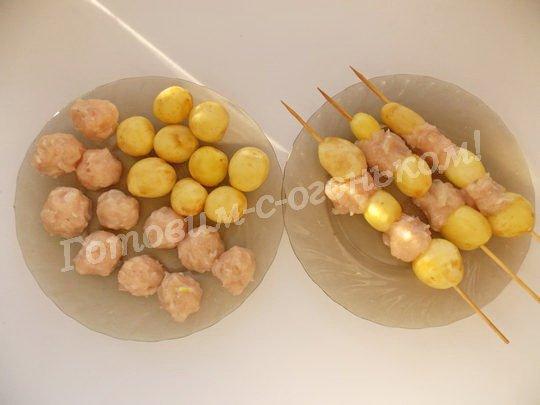 нанизываем на шпажки картошку и фрикадельки