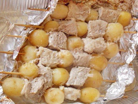 как приготовить молодую картошку на шпажках в духовке