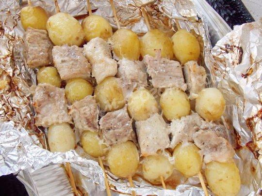 запекаем картофель на шпажках с мясом