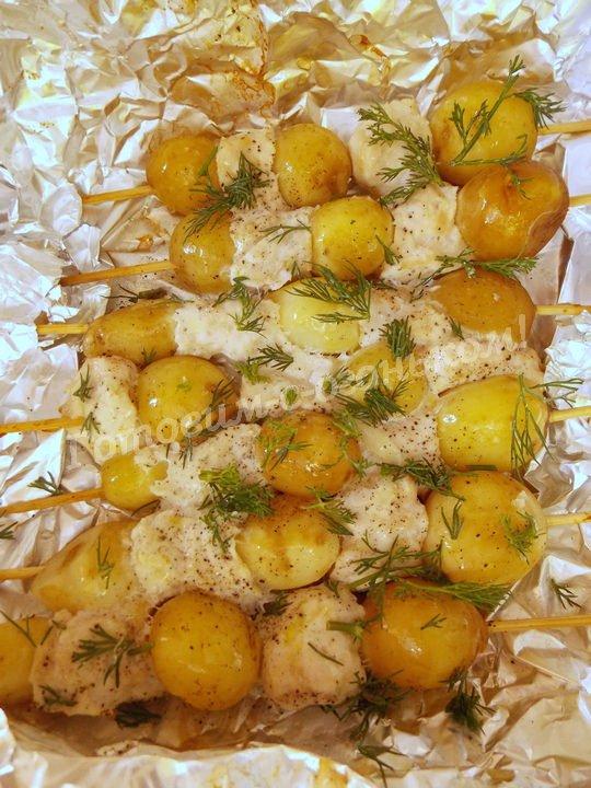 запекаем молодую картошку на шпажках