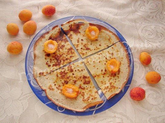 выкладываем на четвертинки блинчика половинки абрикосов