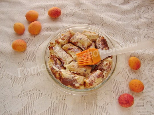 выкладываем блинчики в форму и смазываем маслом