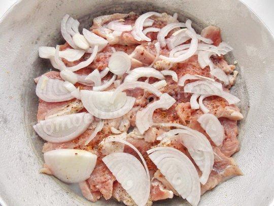 поверх мяса выкладываем лук