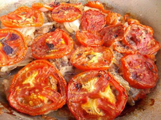 как запечь мясо с помидорами