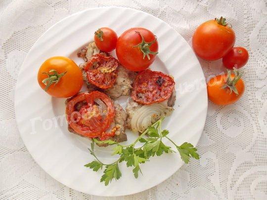 мясо с помидорами в духовке