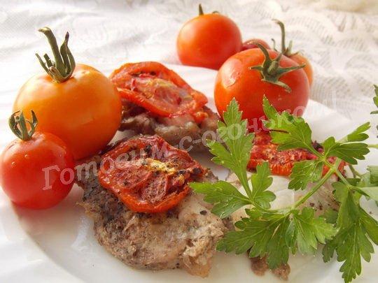запечённое мясо с помидорами и луком