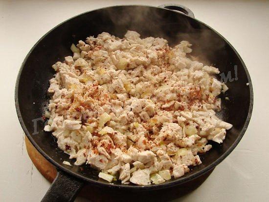 обжариваем филе с луком